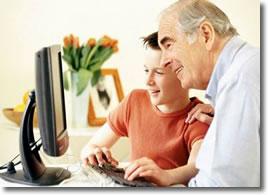 Abuelo y nieto con ordenador