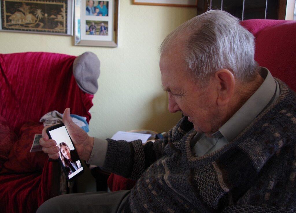Persona mayor haciendo uso de las nuevas tecnologías